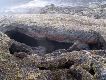 Sous la coulée basaltique
