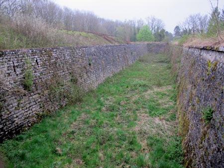 Fort-Benoit_02--Fossé-Ouest-vue-depuis-l'entrée-450.jpg