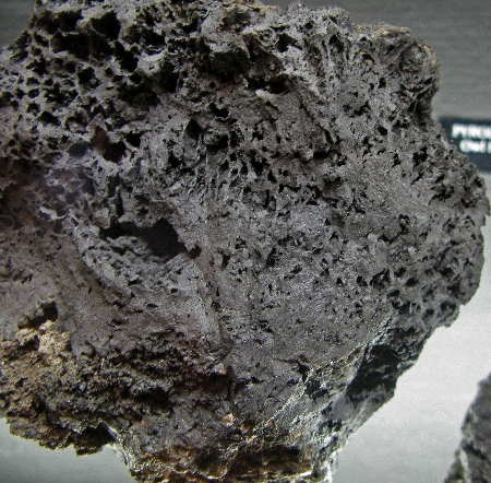 Death_valley_pyrolusite1.jpg