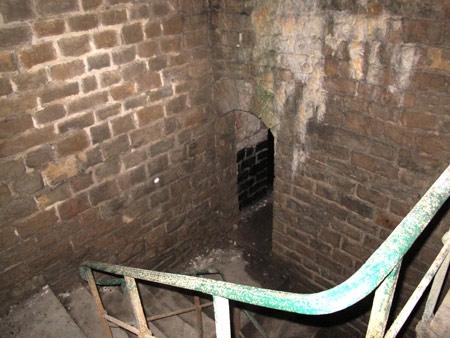 Fort-Benoit_06-escalier-vers-les-salles-enterrées-450.jpg