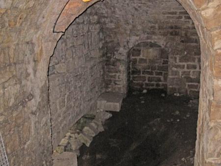 Fort-Benoit_31-un-poste-d'artillerie-(fenêtre-murée)-450.jpg